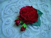 Брошь с алыми розами